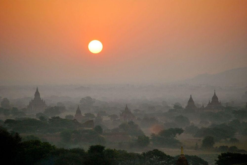 Plaine de Bagan au lever du soleil