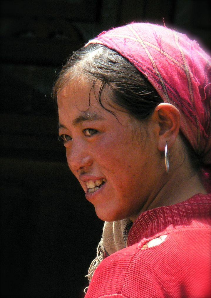 Au Yunnan, sud-ouest de la Chine, cette jeune maman pose un regard attendri sur ses enfants.