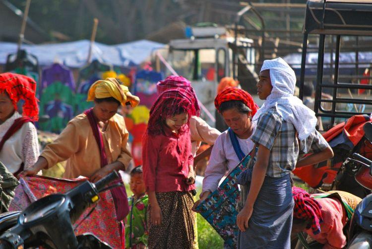 Le marché d'Indein, autour du lac Inlé voit peu à peu quelques touristes arriver.